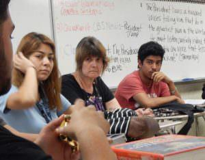 Laura Tracy, maestra de Gobierno (al centro) escucha las preocupaciones de sus estudiantes.